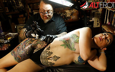 Marie Bossette gets a painful tattoo on her skedaddle defenceless