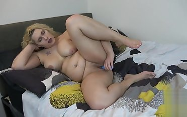 Randy solo tgirl chick toying her wet pussy